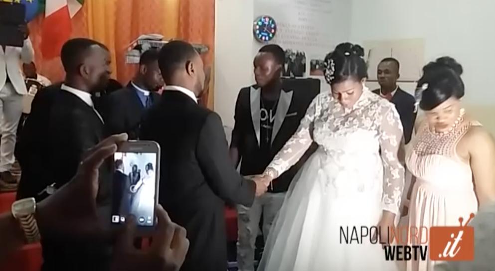 Globalizzazione, al centro storico di Giugliano cittadini incantati dai suoni e dalle danze di un matrimonio africano. guarda il video