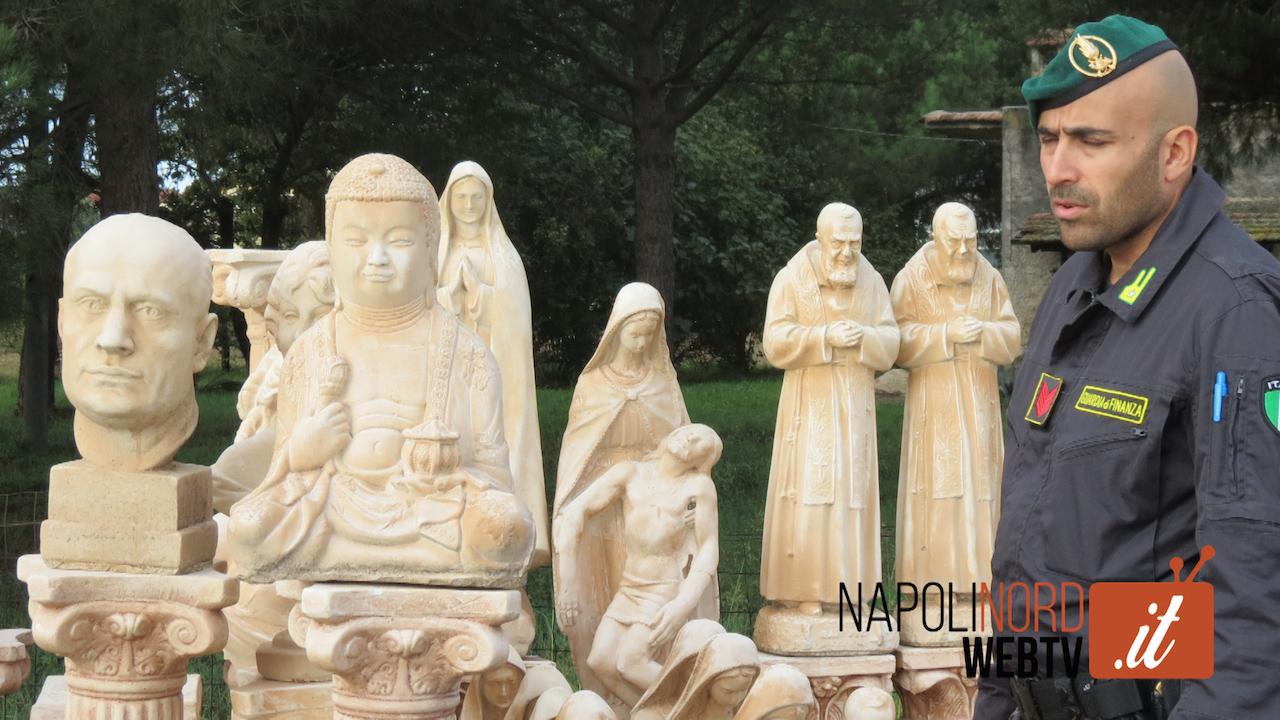 San Pio, Budda, Gesù e la Madonna: tra le statue spunta anche quella di Mussolini. Maxisequestro a Giugliano. Video