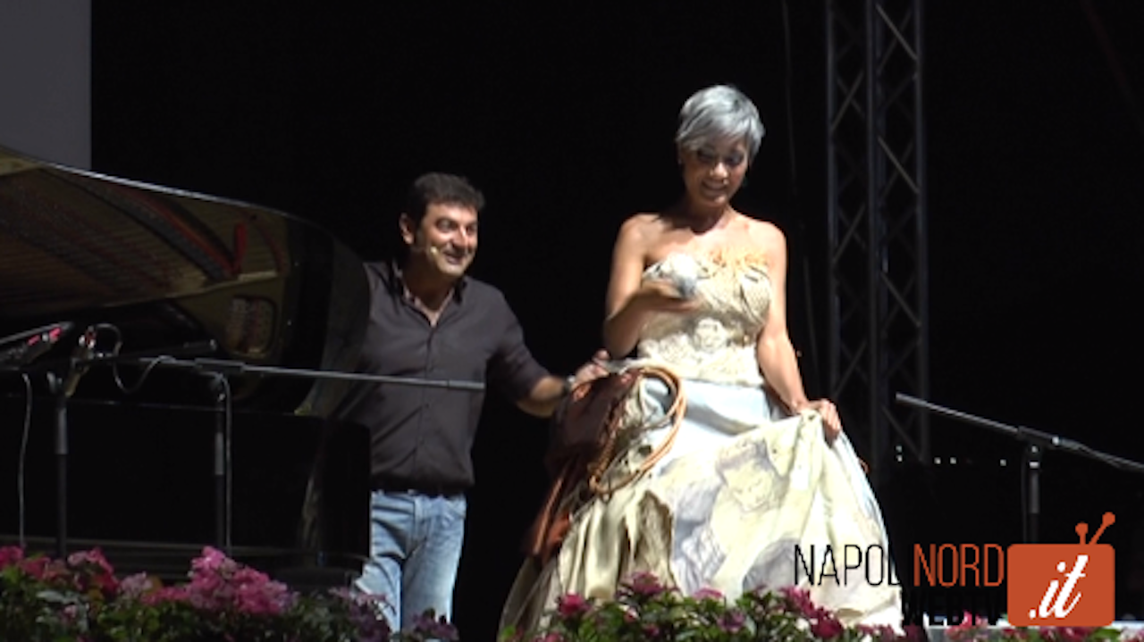 Max Giusti e il soprano Julia Burduli all'Ippodromo di Agnano con i maestri Caiazzo, Guarracino e il rapper Lucariello. Video