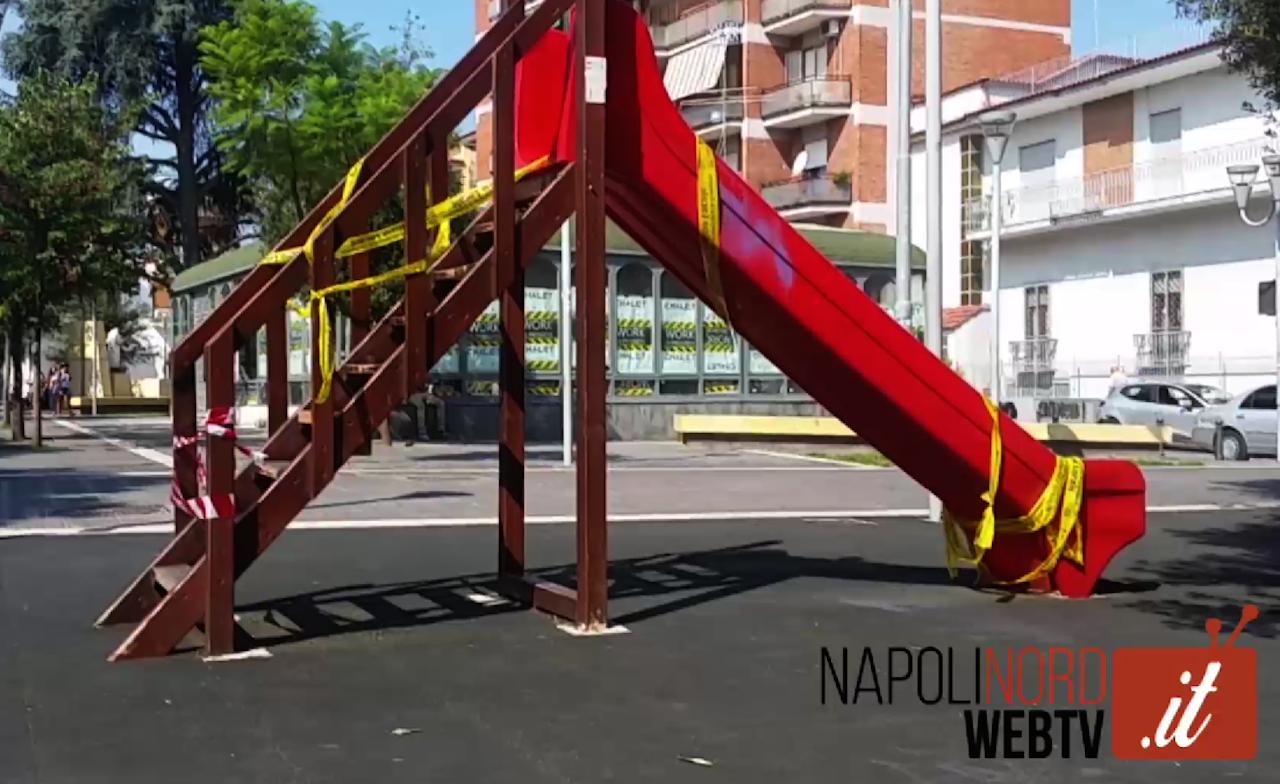 I vandali non si fermano, devastato parco giochi: il portone della scuola usato come bagno. Video