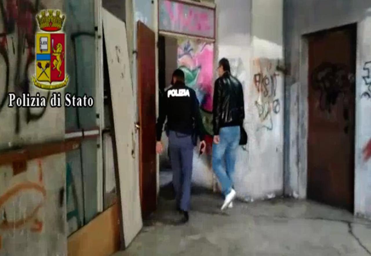 Droga in auto con i figli di 7 e 10 anni, in due arrestati dalla polizia: avevano anche proiettili in casa. Video