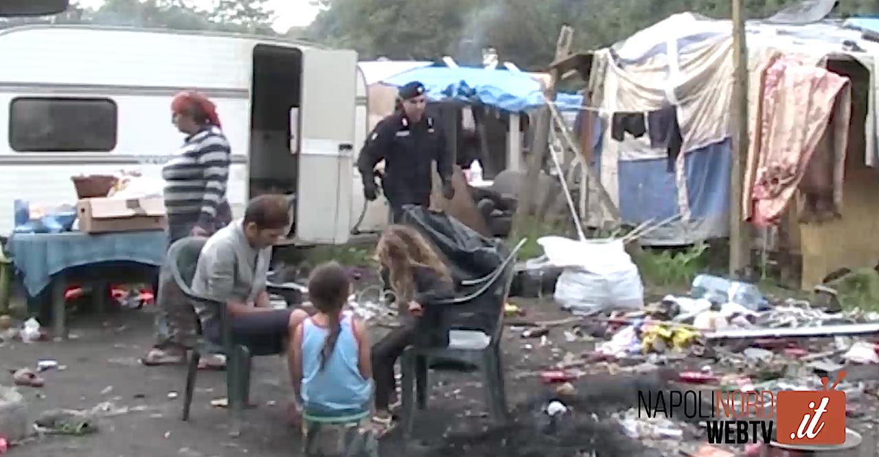 Blitz al campo rom di Giugliano, i carabinieri controllano la baraccopoli. Video