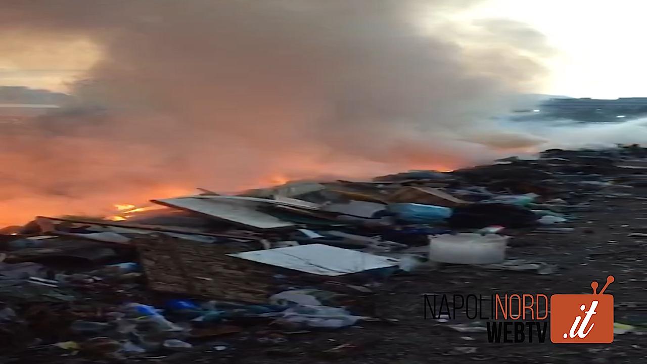Incendio al campo rom di Scampia, il fumo invade le abitazioni e arriva nell'area Nord. Video