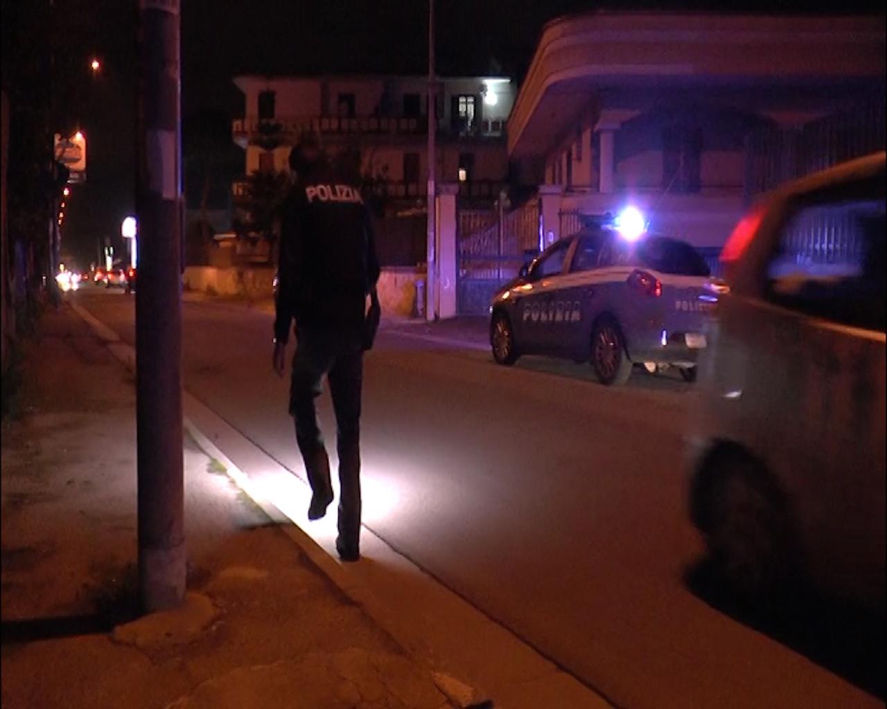 Giugliano, 47enne ferito all'addome con un colpo di pistola: è in fin di vita. Giallo sulla dinamica. Video