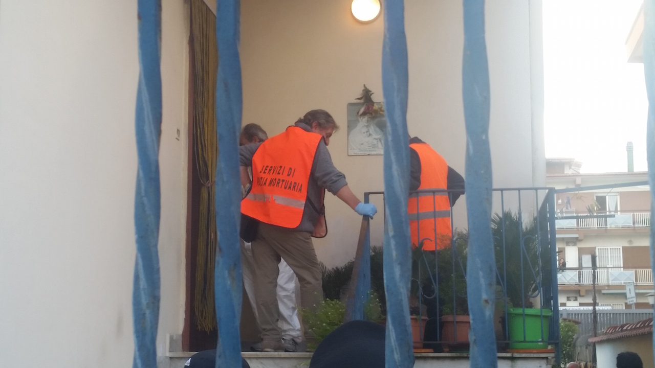 """Anziana trovata morta in casa a Villaricca, parlano i testimoni: """"L'abbiamo vista poco dopo le nove del mattino"""". Video"""