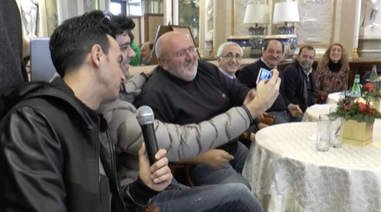 Napoli, il maestro cioccolatiere Bottone dona il ricavato delle tavolette raffiguranti la città all'associazione Aus: testimonial Gigi & Ross. Video