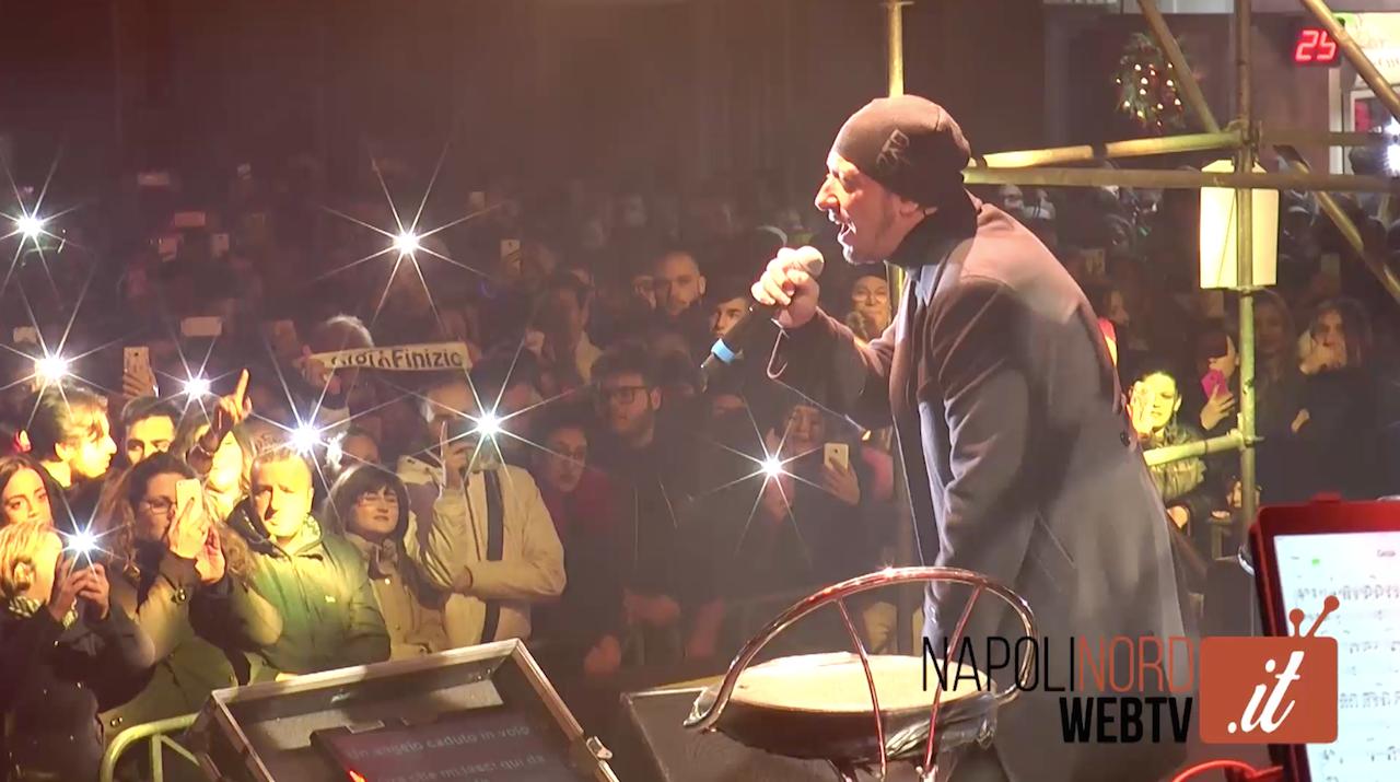Gigi Finizio 'riscalda' piazza Annunziata di Giugliano, in migliaia al concerto. Video