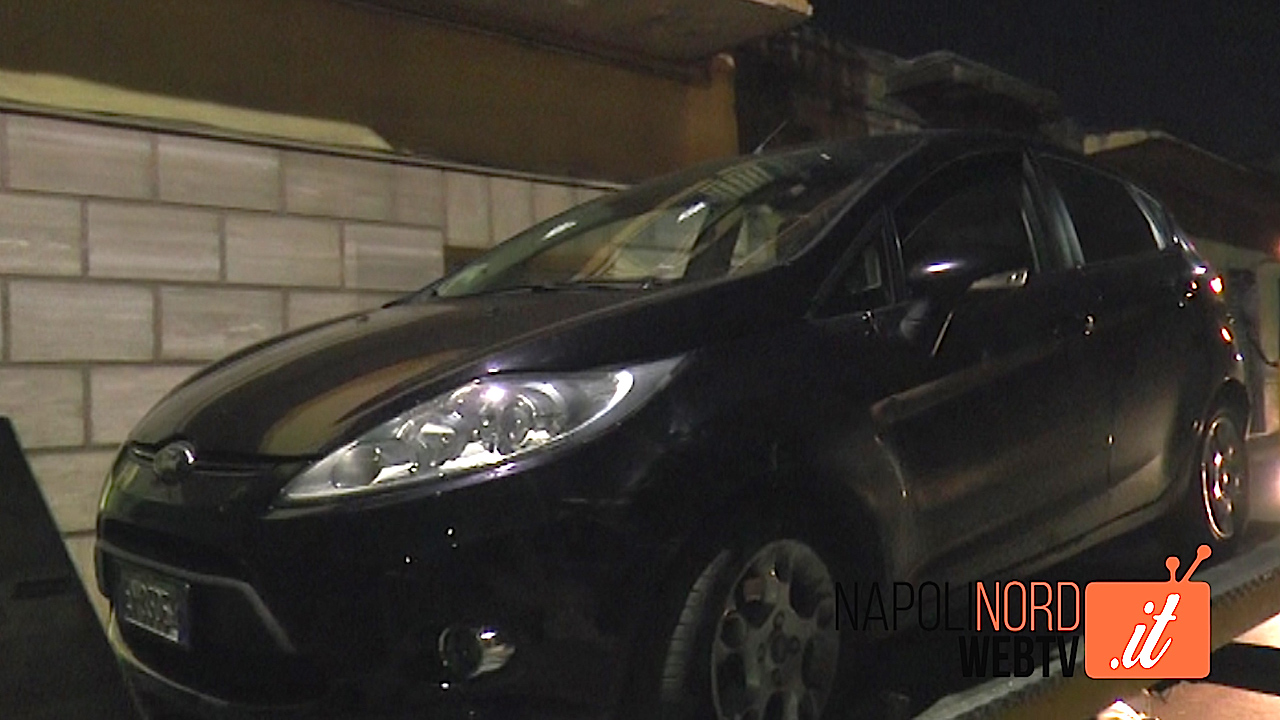 Sparatoria a Sant'Antimo, uomo ferito: trovate due auto con fori di proiettile. Indagano i carabinieri. Video