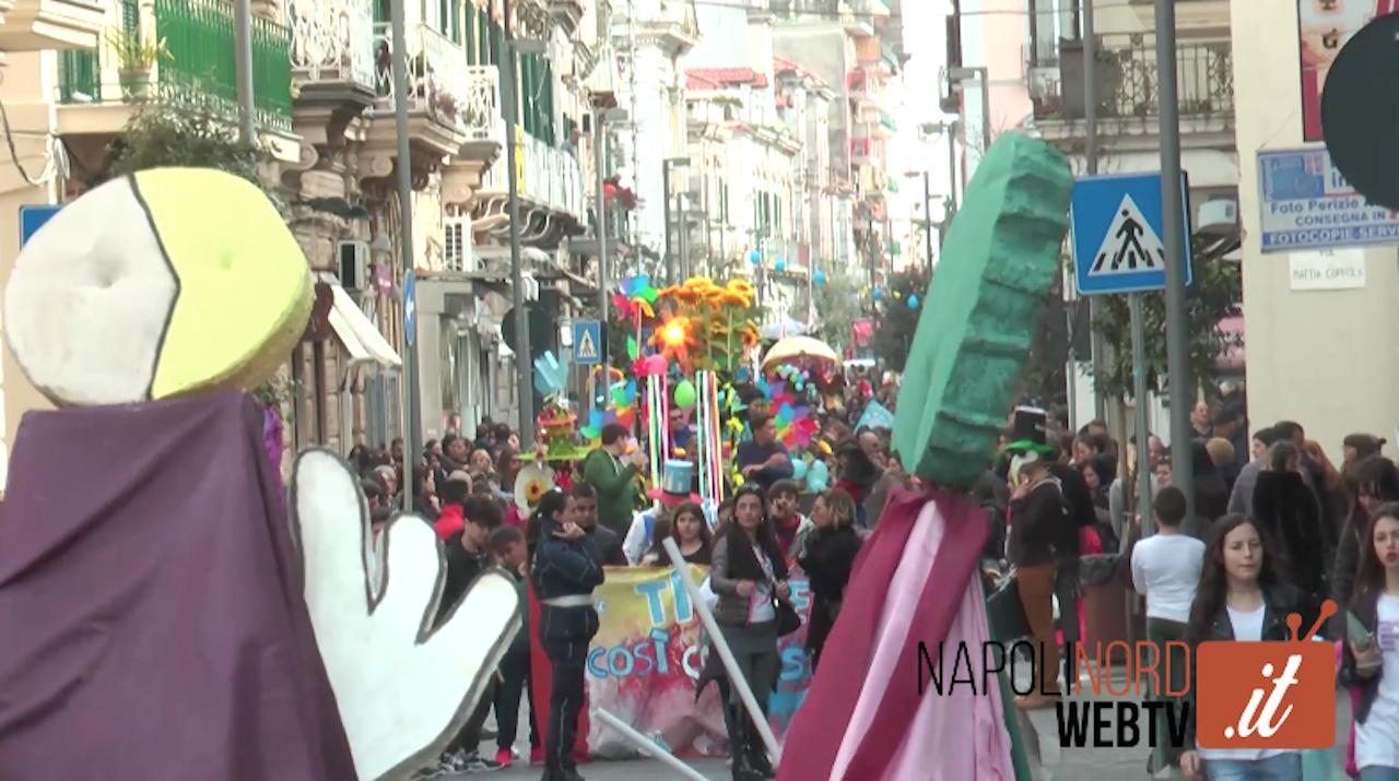 Carnevale a Giugliano, la marcia delle maschere ravviva la città. Video