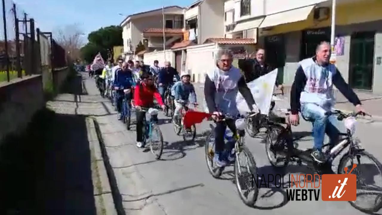 'No al femminicidio', manifestazione di Ciclopasseggiando Giugliano: tutti in bici per dire no alla violenza sulle donne. Video