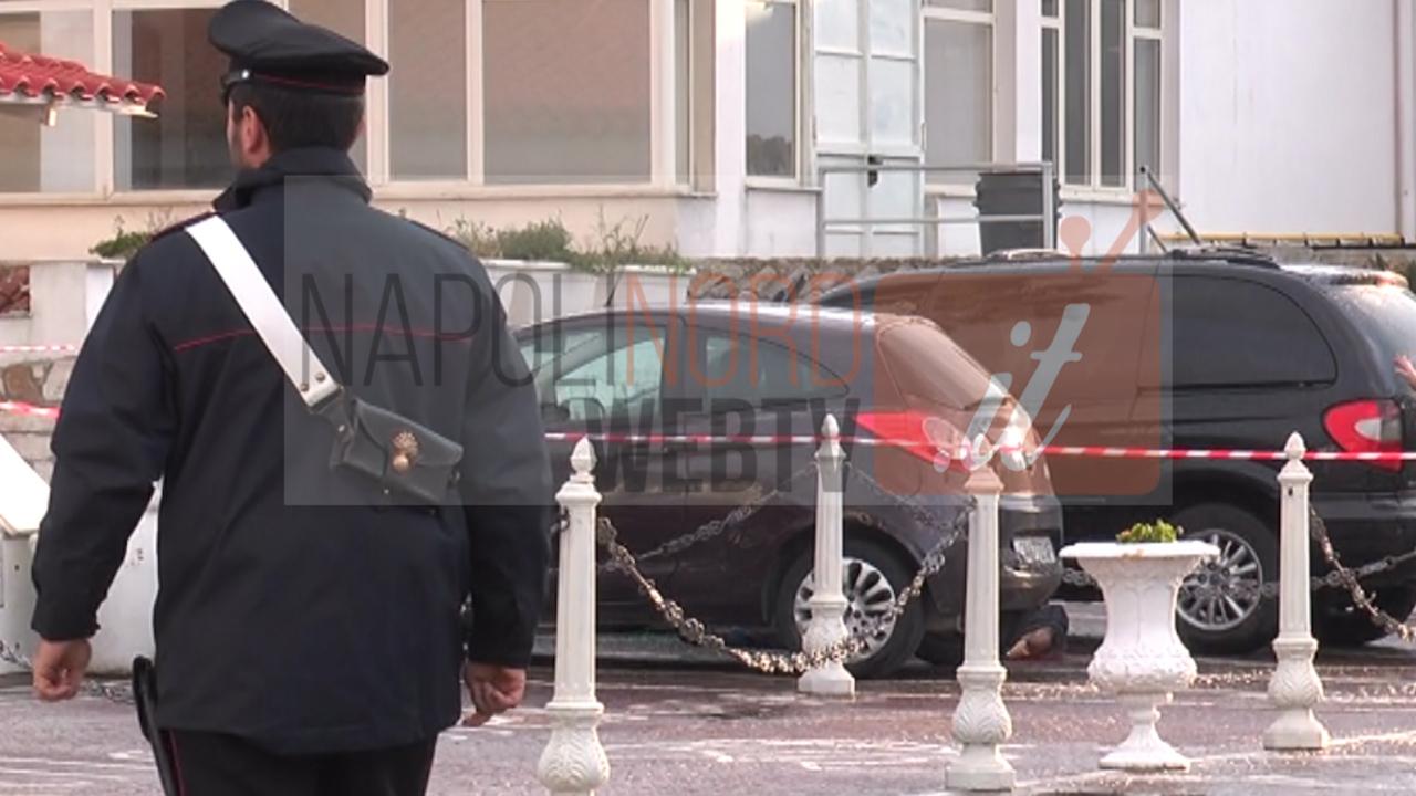 Agguato a Varcaturo, 51enne ucciso con cinque colpi di pistola al volto nel parcheggio dell'hotel. Video