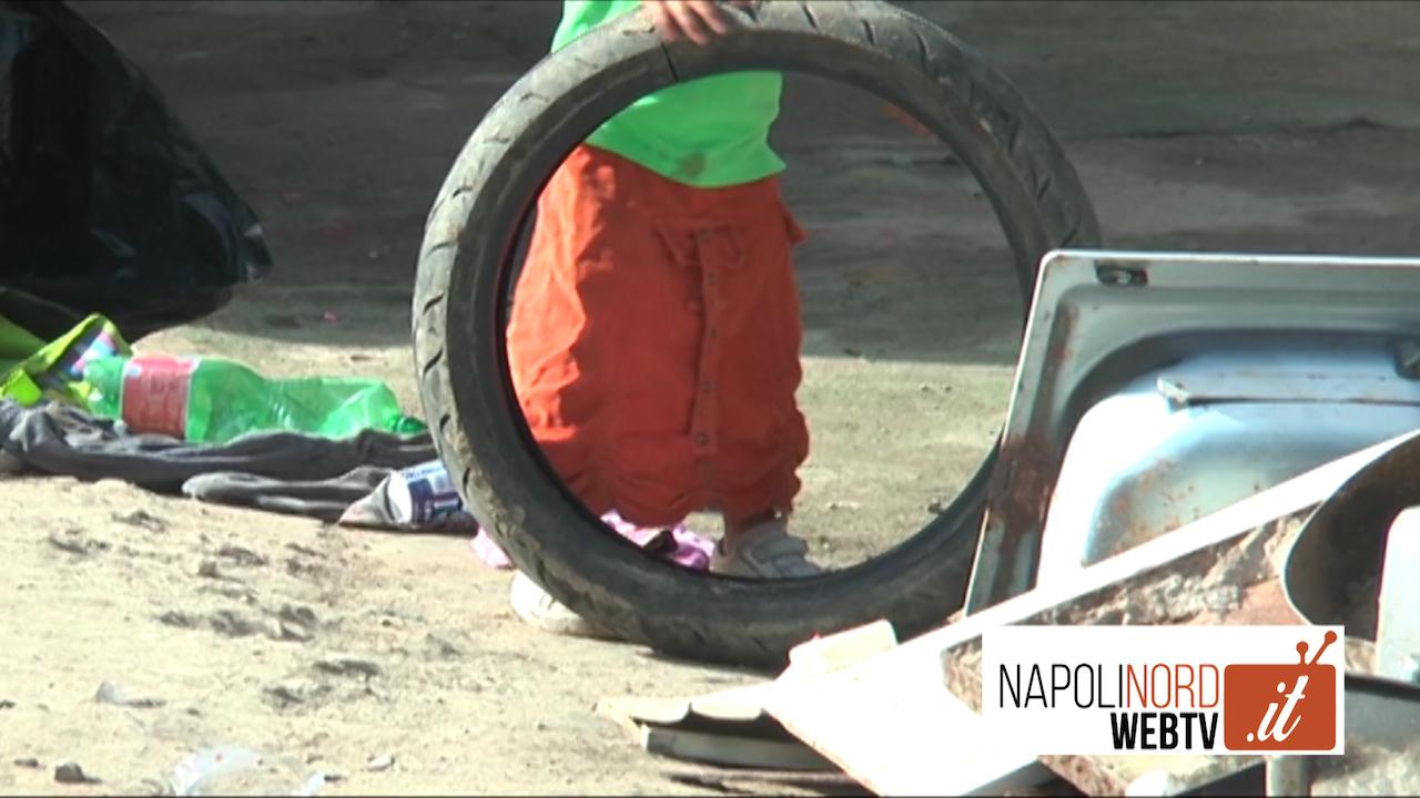 Viaggio nel campo rom di Giugliano, tra degrado e speranza. Video