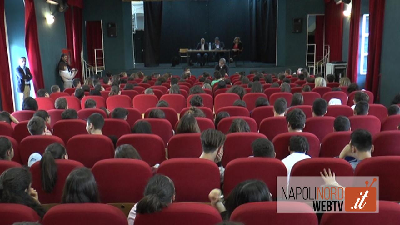 Legalità e lotta alle mafie, gli alunni della scuola media Basile incontrano don Aniello Manganiello. Video