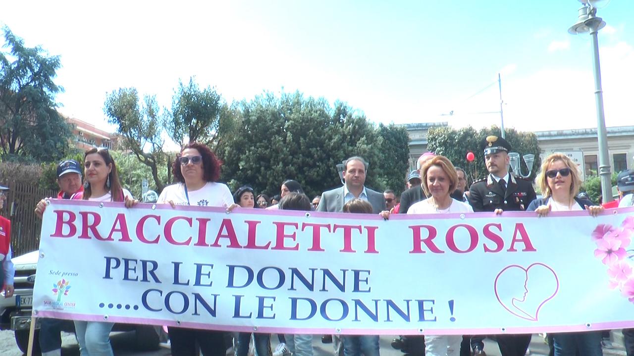 I 'Braccialetti rosa' colorano la città contro il cancro: in migliaia alla marcia organizzata a Giugliano. Video
