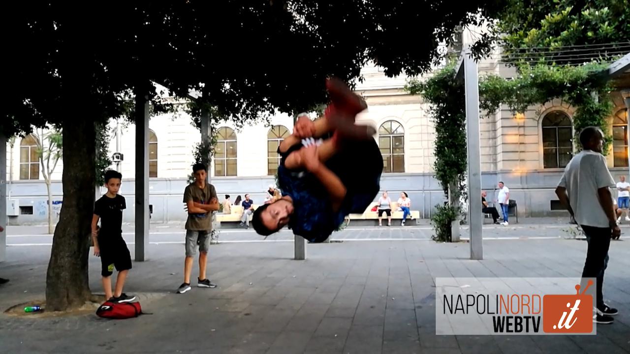 Parkour, salti acrobatici in piazza Gramsci a Giugliano. Video