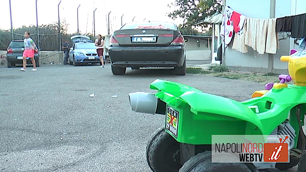 Tragedia nel campo rom di Scampia, bimba trovata morta nel bagagliaio di un'auto. Video