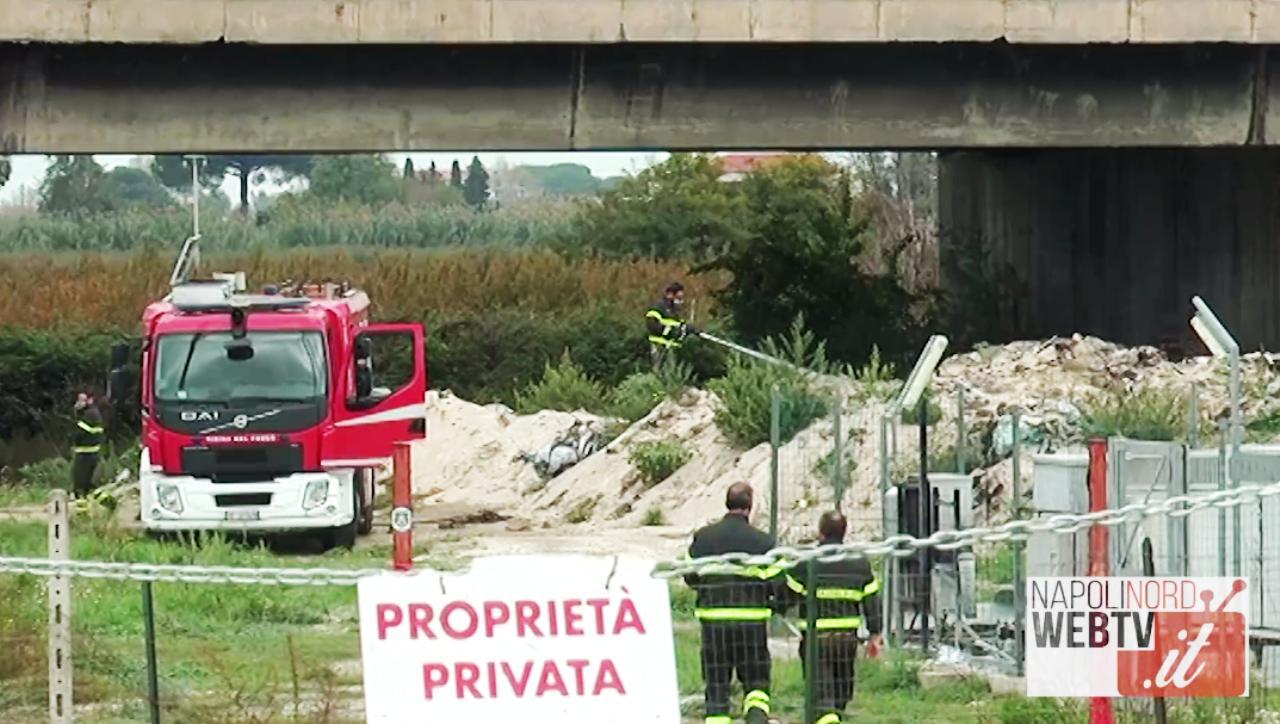 Rogo nei terreni vicino all'Auchan di Giugliano, la terra continua a bruciare: intervento dei vigili del fuoco. Video