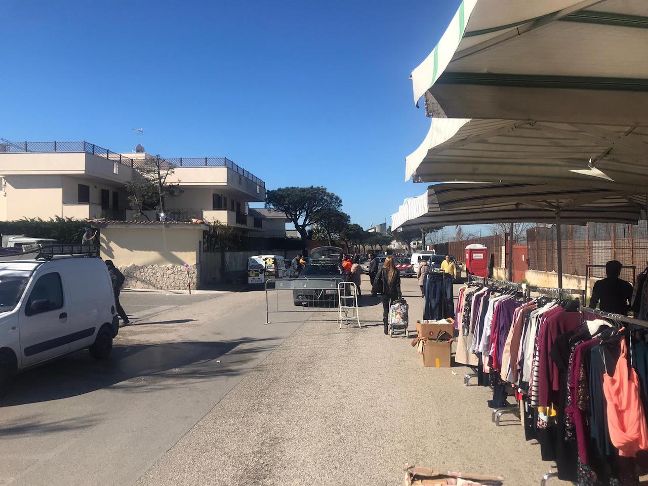 Blitz al mercatino settimanale di via Signorelli a Patria a Varcaturo, sequestri e denunce della Finanza e della Municipale. VIDEO
