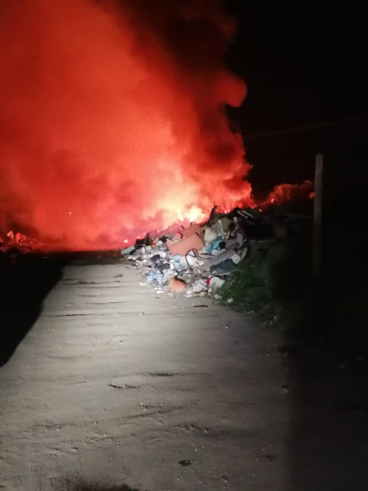 In fiamme rifiuti speciali: inferno al campo rom di Giugliano