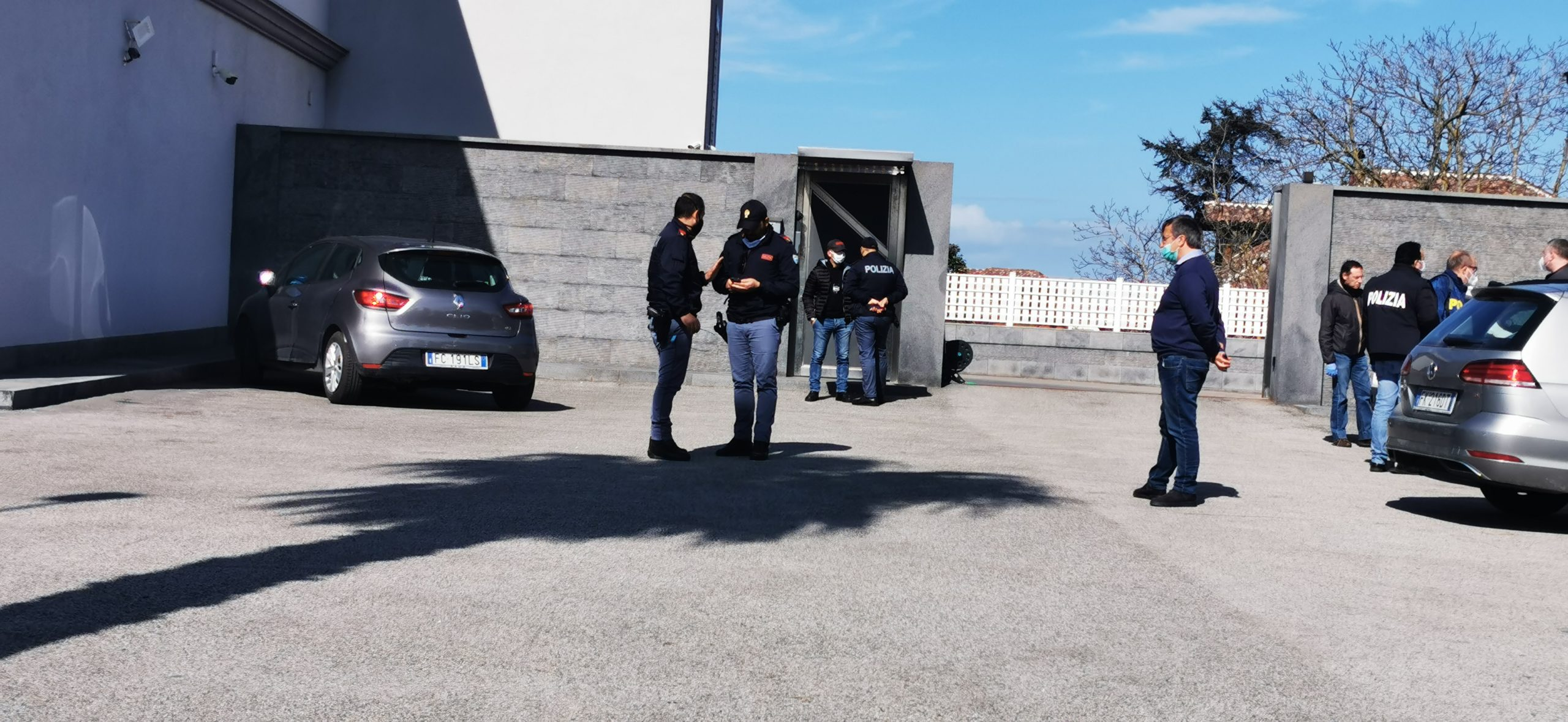 Blitz anti camorra a Varcaturo: in campo polizia e guardia di finanza