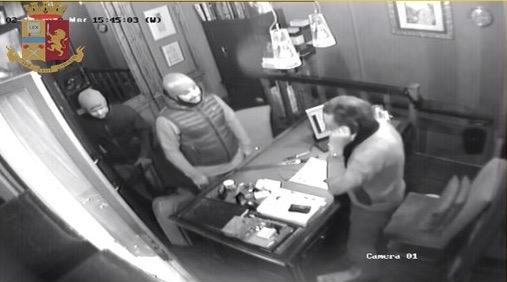 Tentata rapina in gioielleria a Bologna, arrestati due giuglianesi