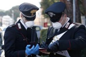 In 'barba' al coronavirus, barbiere scoperto con due clienti nel negozio: denunciati dai carabinieri