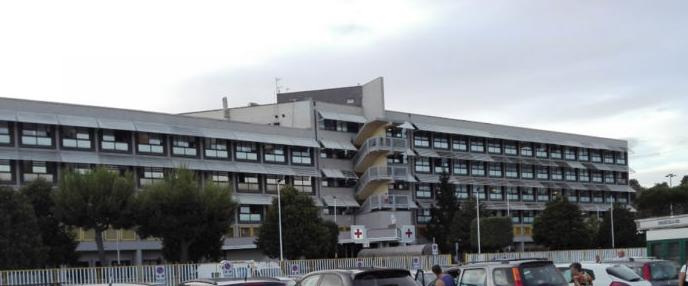 Allarme coronavirus all'ospedale di Pozzuoli, reparti chiusi ai familiari dei degenti: tamponi per tutti