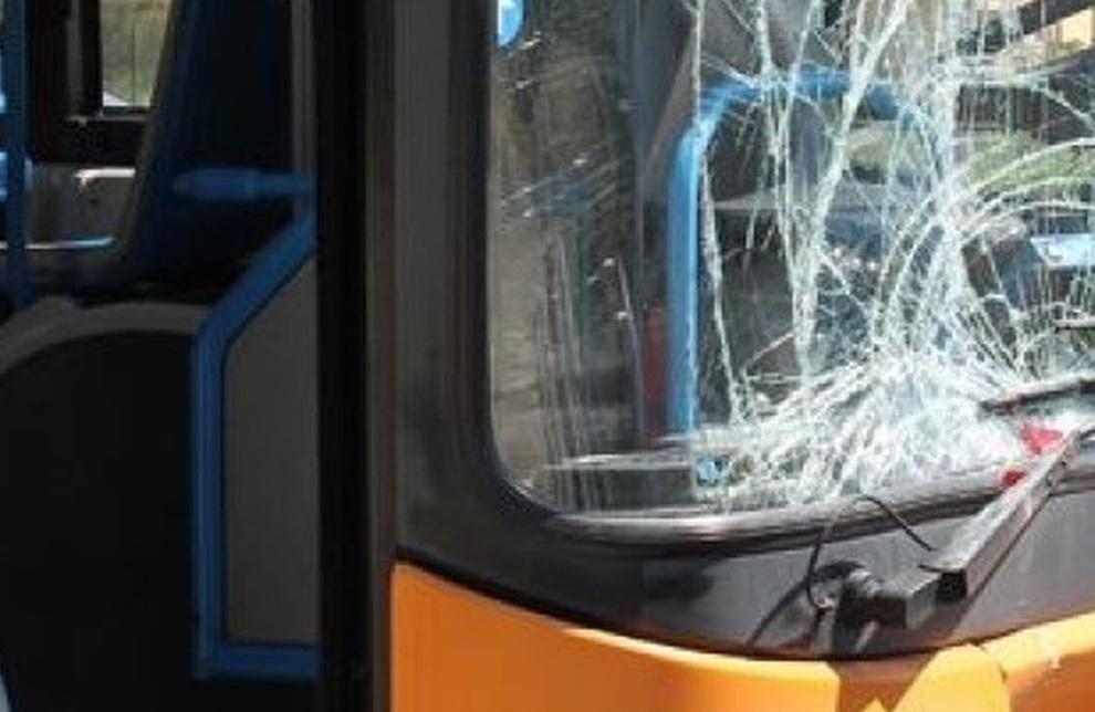 Domiziana, immigrati lanciano bottiglie e pietre contro l'autobus