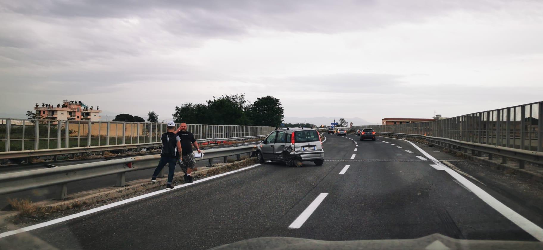 Auto contro guardrail, paura sull'asse mediano