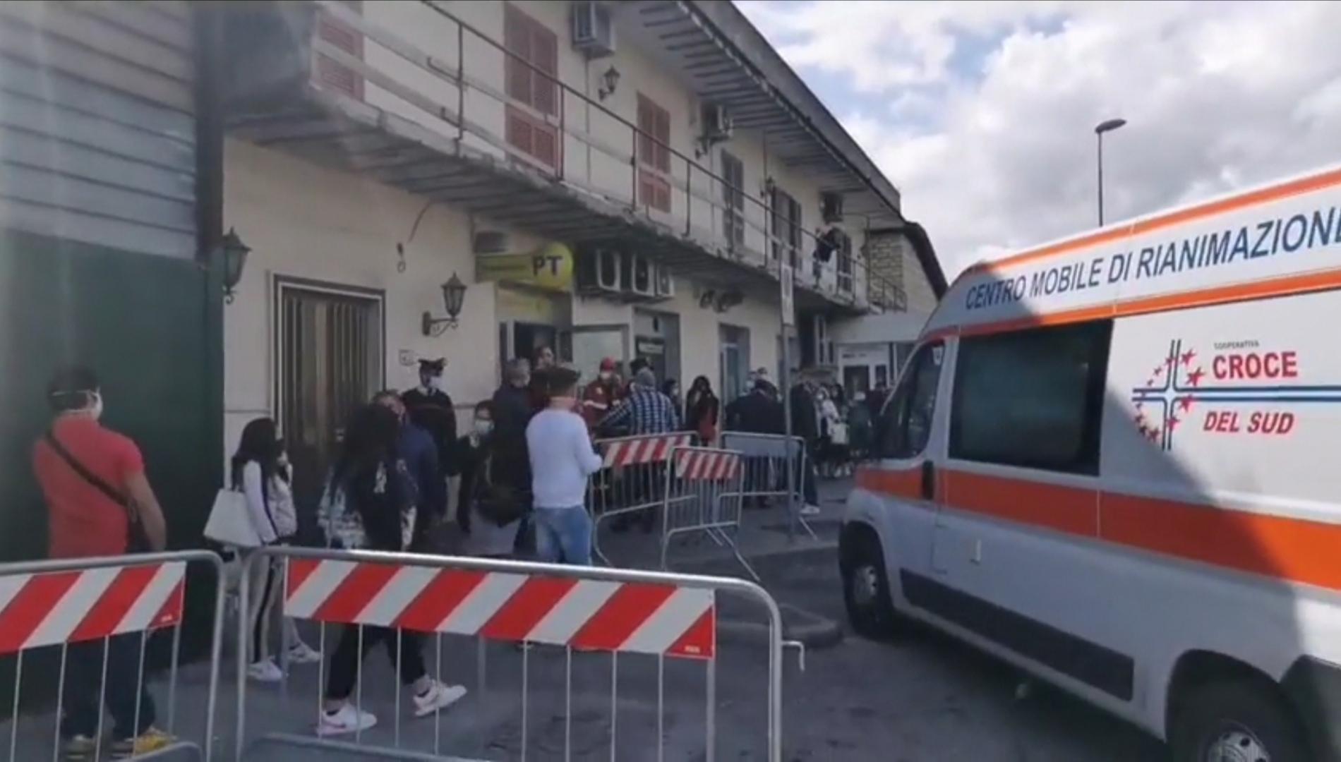 Giugliano, guardia giurata ferita fuori alle Poste VIDEO