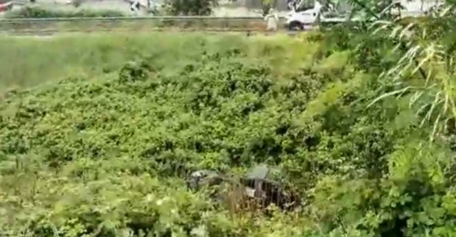 Auto giù dal cavalcavia sull'asse mediano, ferita una persona di 45 anni +++ VIDEO +++