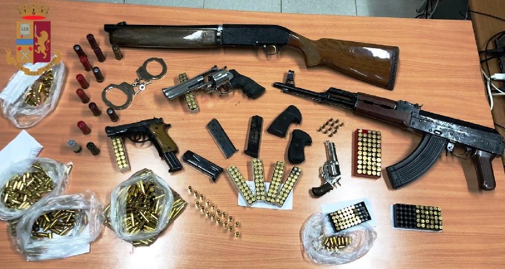 Arsenale di armi scoperto in un deposito, due arresti