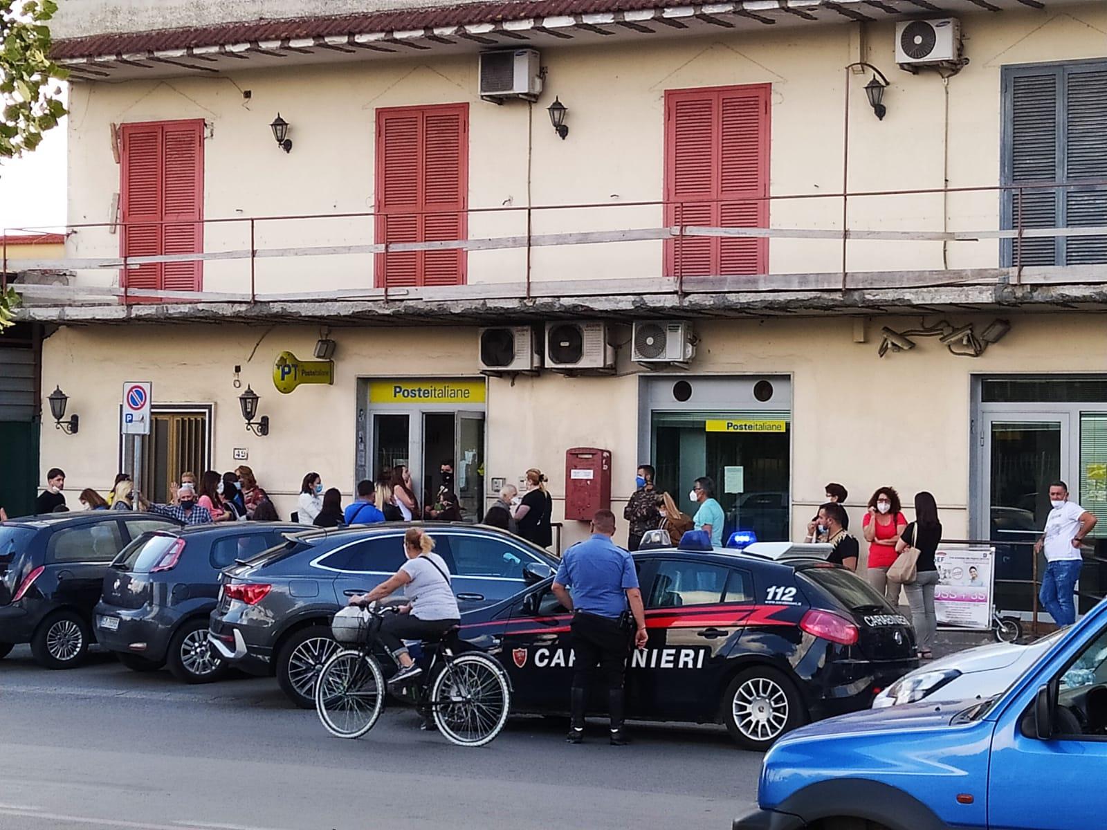 Fila non rispettata, tensione all'ufficio postale: arrivano i carabinieri
