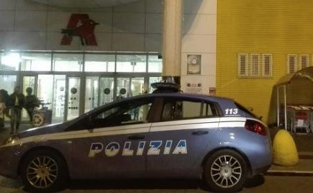 Scoperto a rubare un'auto nel parcheggio dell'Auchan, 34enne arrestato dalla polizia