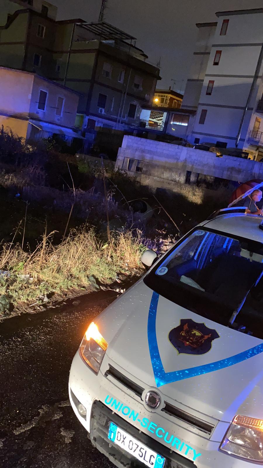 Auto nel fossato a Villaricca, ragazza messa in salvo dagli agenti della Union Security