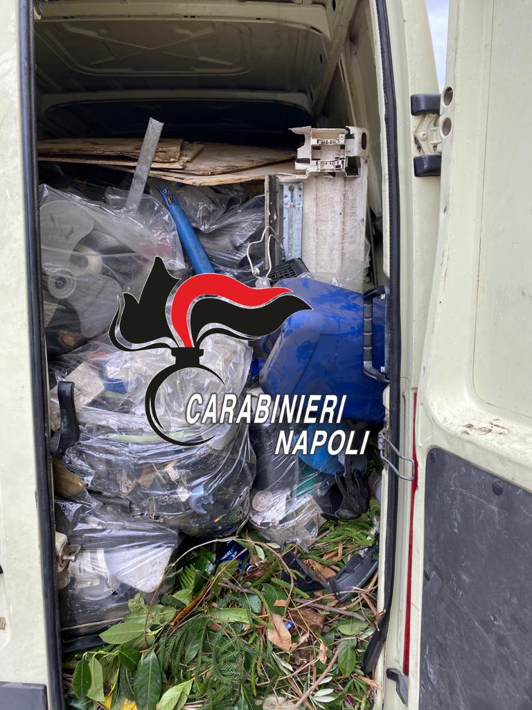 Scoperto a sversare i rifiuti, 42enne di Napoli denunciato dai carabinieri a Qualiano