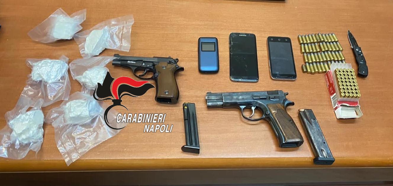 Blitz dei carabinieri a Qualiano, 70enne scoperta con armi e droga