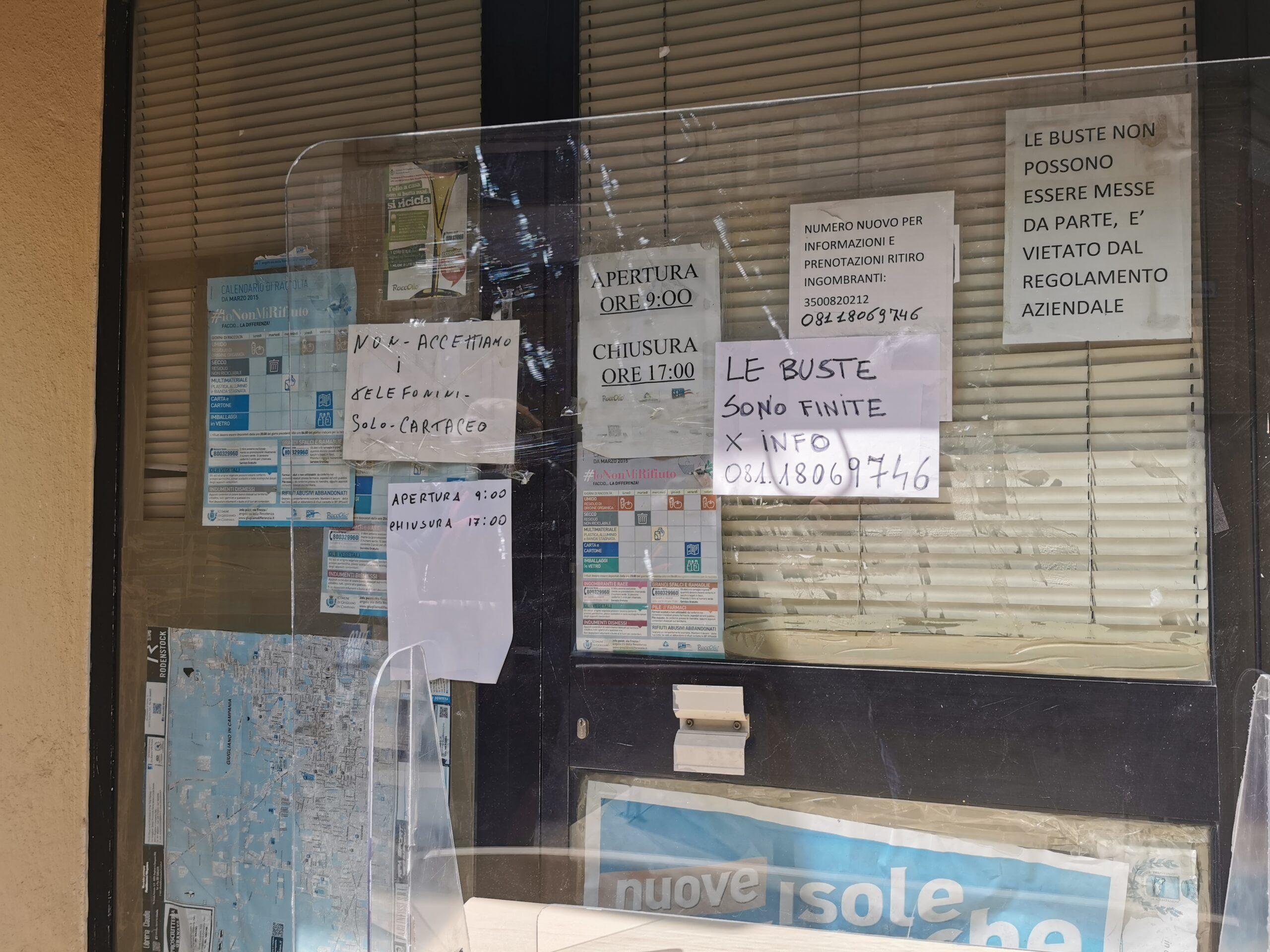 Rifiuti, buste esaurite: chiuso l'ufficio, cittadini infuriati