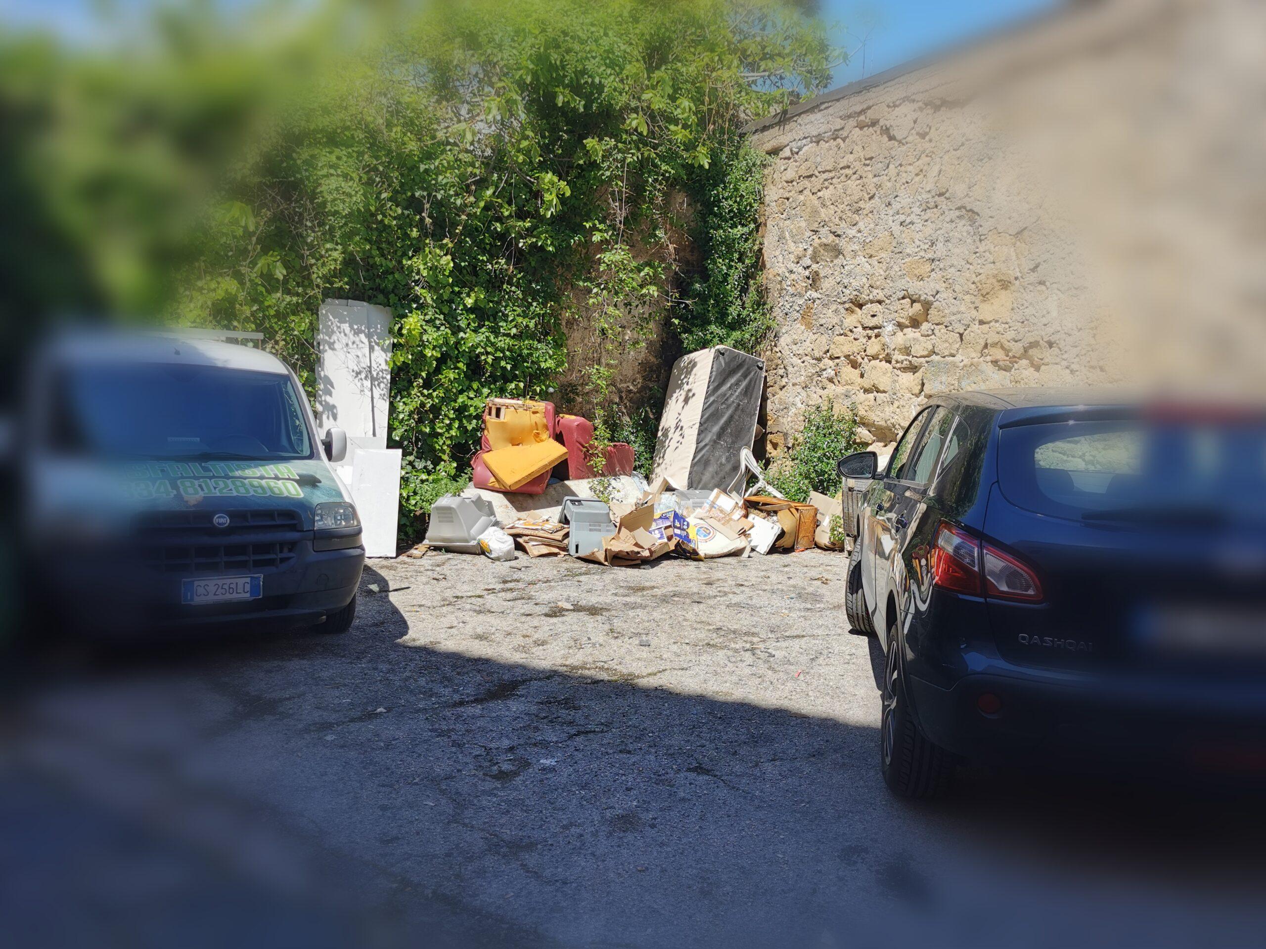 Giugliano, mini discarica di rifiuti in via Mattia Coppola