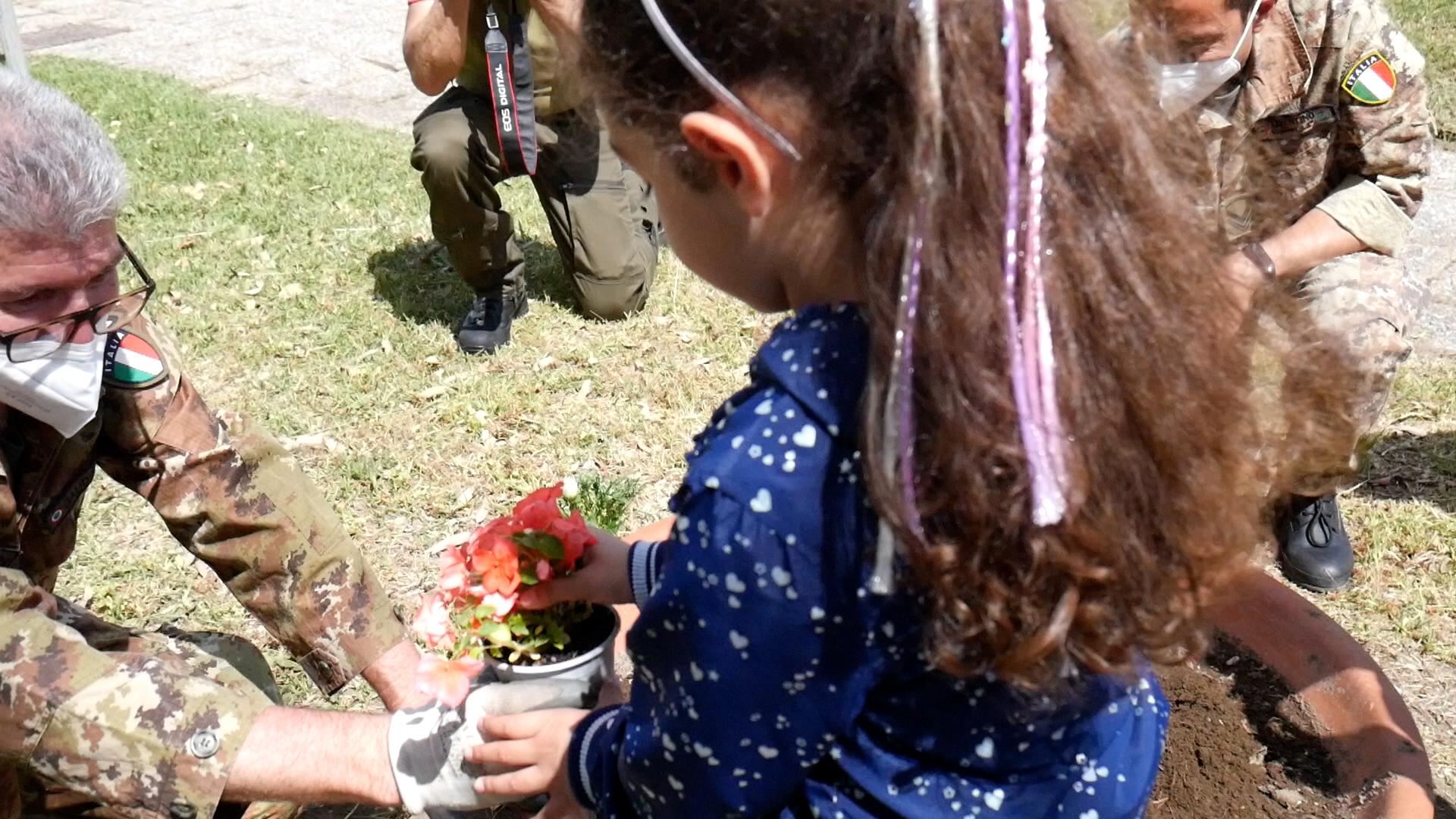 """""""Anche i fiori sanno volare"""", il 22° Gr.R.A.M di Licola apre le porte alle associazioni Oltre Le Mura e Orchidea: i bimbi piantano i fiori nella base VIDEO"""